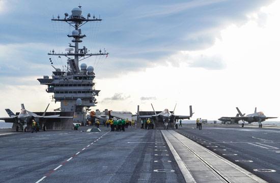 美军航母上3架F-35C蓄势待发