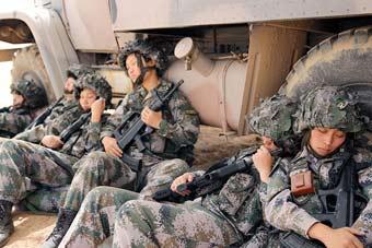 部队千里奔袭女兵靠着轮胎小憩
