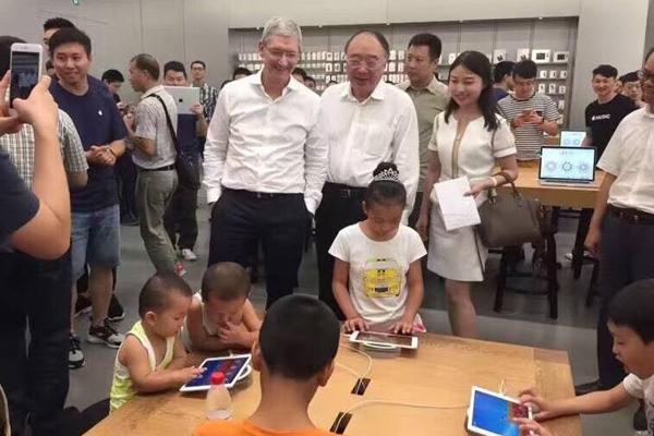 库克访华抵达重庆,黄奇帆陪他去苹果店