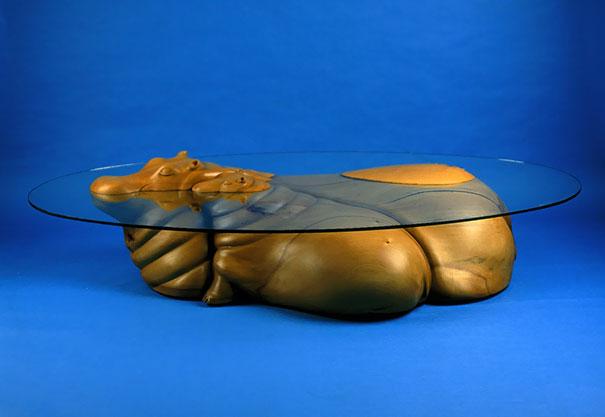 桌子又像是雕塑作品,桌面变成了小动物们嬉戏的水面