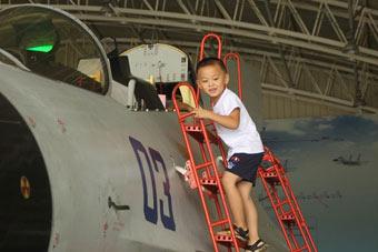 军娃登重型战机:像爸爸一样飞