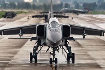 """""""飞豹""""战机机群雨中出击"""