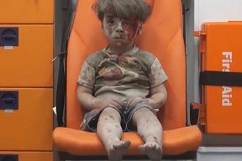 叙利亚5岁儿童空袭中死里逃生