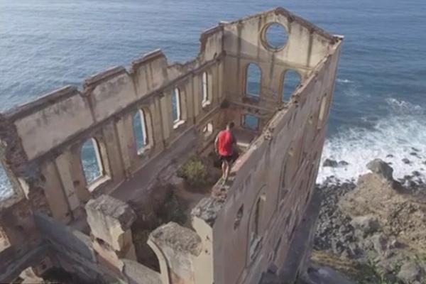 西班牙探险家挑战5层高废墟顶边缘行走