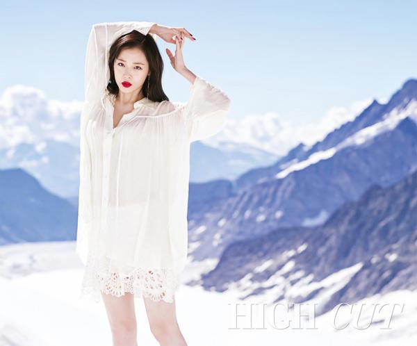 崔雪莉登雪山拍写真 光腿坐地只穿薄纱