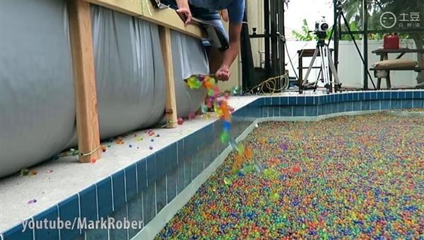 泳池倒入2500万个玩具水球后...歪果仁太会玩了