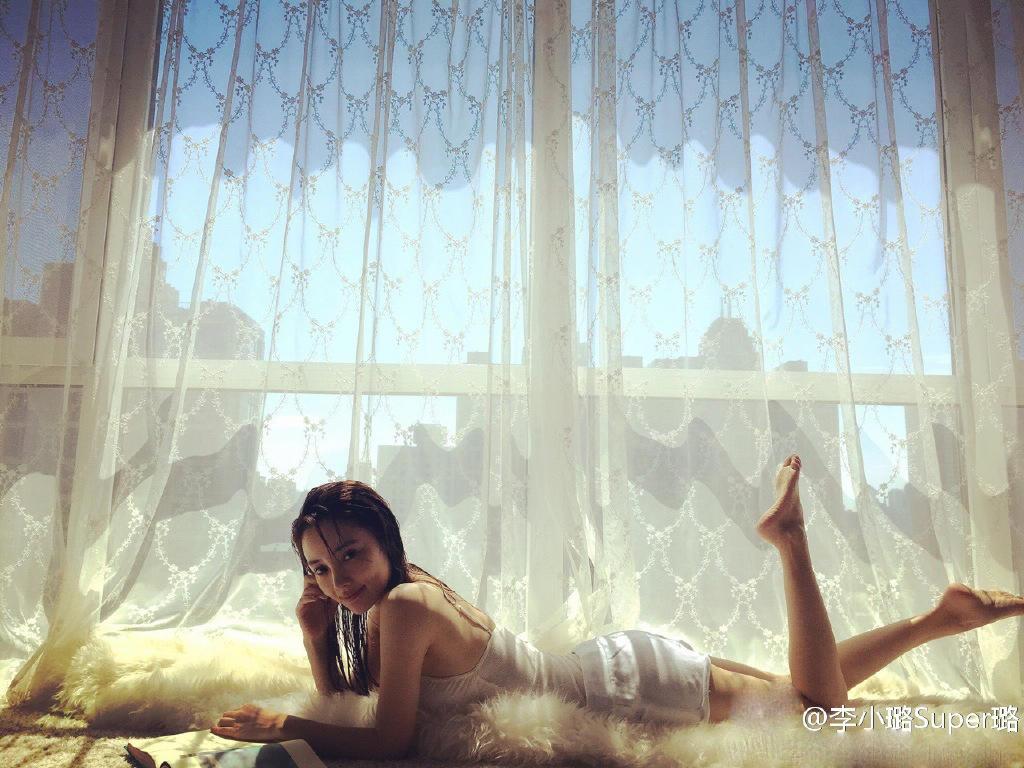 李小璐趴窗边翘起美腿 看书的她却是别人的风景