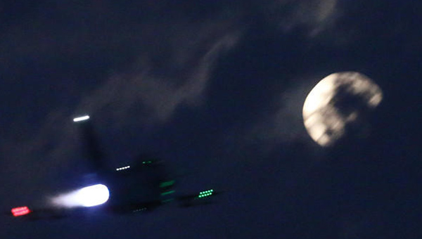 歼-10战机猛开加力飞向月亮