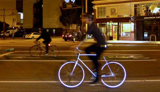 发光自行车现美国街头 表面涂有反光涂层