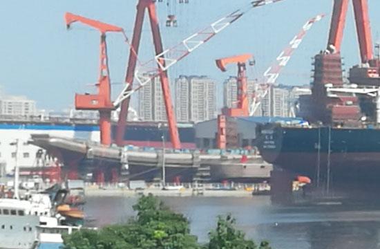 在建国产航母被大型商船遮挡