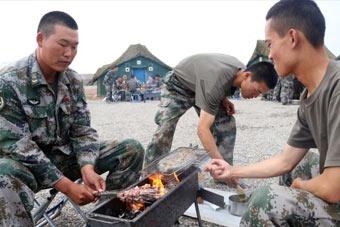 解放军戈壁驻训吃烤鱼烤肉串
