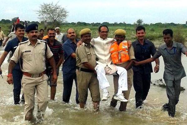印度官员视察洪水让人抬 洪荒青年电线杆上开挂跳水