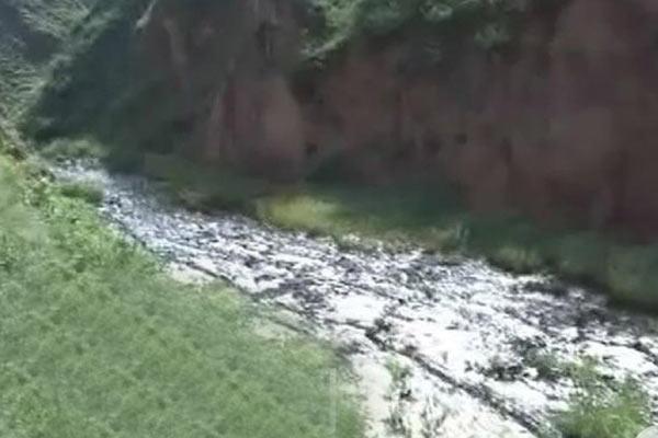 陕西大雨冲出泄漏石油 山沟变油河