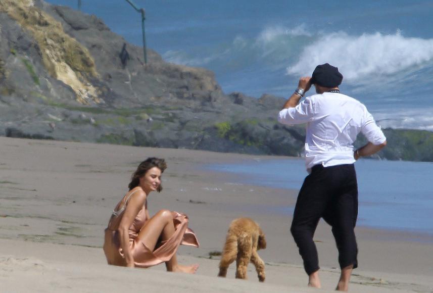 米兰达·可儿海滩拍大片 裸色长裙秀长腿美胸