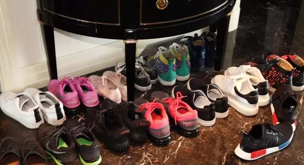 王思聪起居室曝光 堆满玩偶和限量版球鞋