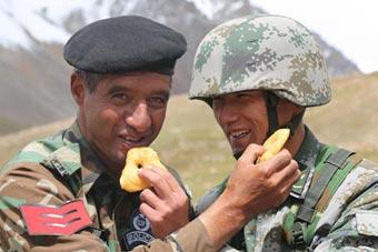 中巴边防军警联合巡逻共进午餐