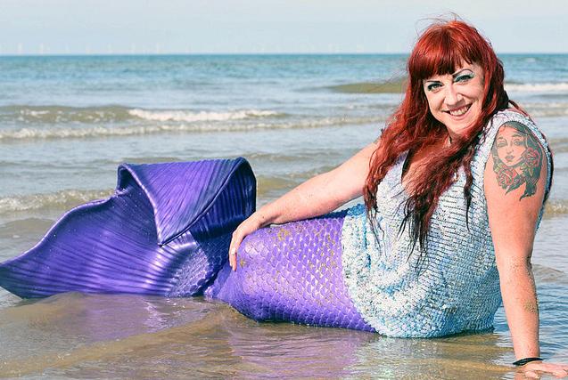 英女子扮美人鱼上瘾 穿20斤尾巴沙滩戏水