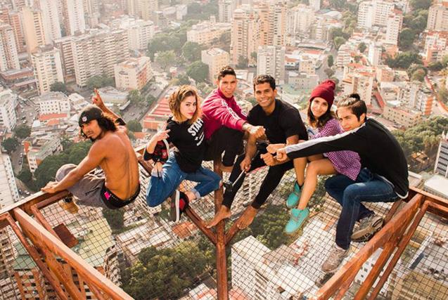 委内瑞拉极限爱好者60层楼边缘倒立