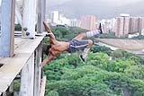 委内瑞拉男子惊险高空健身