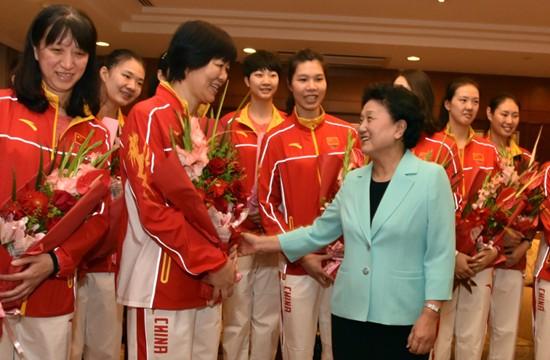 中国女排荣耀归国 刘延东迎接队员凯旋