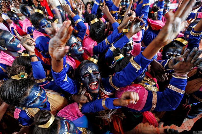 印度学生庆祝印度教神灵诞辰日 化妆成蓝颜