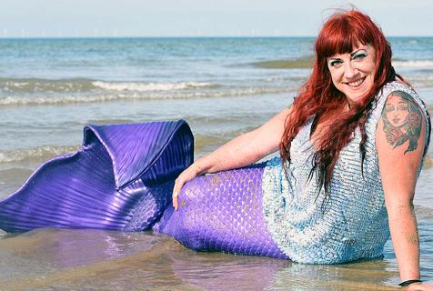 英女子扮美人鱼上瘾 穿20斤尾巴戏水