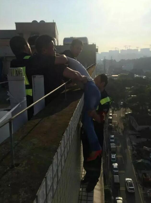 惊险!男子站在11楼边缘救下轻生女子