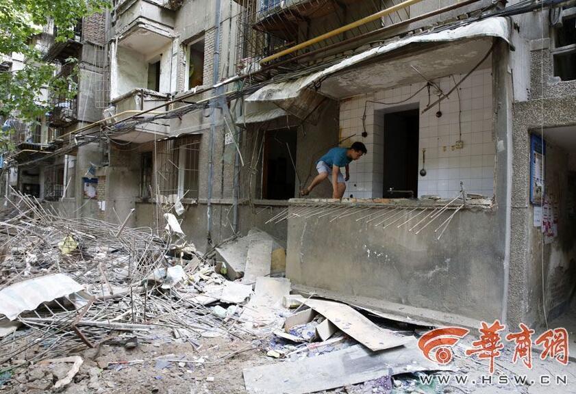 西安拆迁现场:楼下拆阳台楼上还有住户