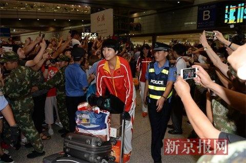 """为迎女排回国,上千粉丝""""包围""""首都机场"""