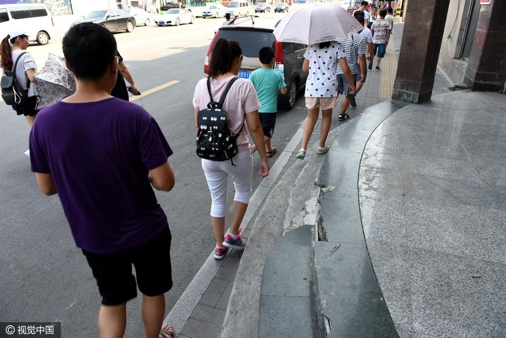 """济南""""最窄""""人行道仅20厘米 路人无奈和机动车抢道"""