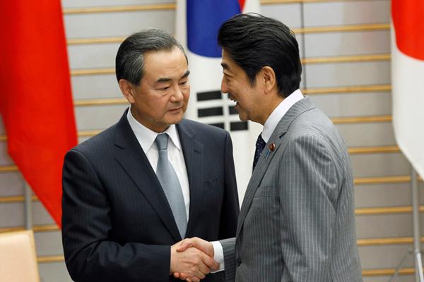日本首相安倍晋三在府邸接见中日韩三国外长