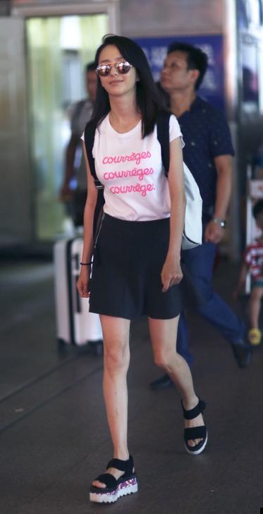 佟丽娅穿短裙现身秀美腿 露甜笑身材恢复好