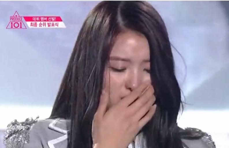 惊呆!韩女星台上激动抽泣 当场鼻子塌陷