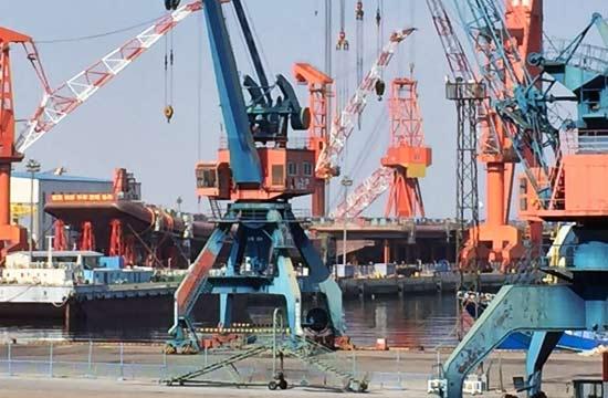国内船厂同时建造航母和052D舰