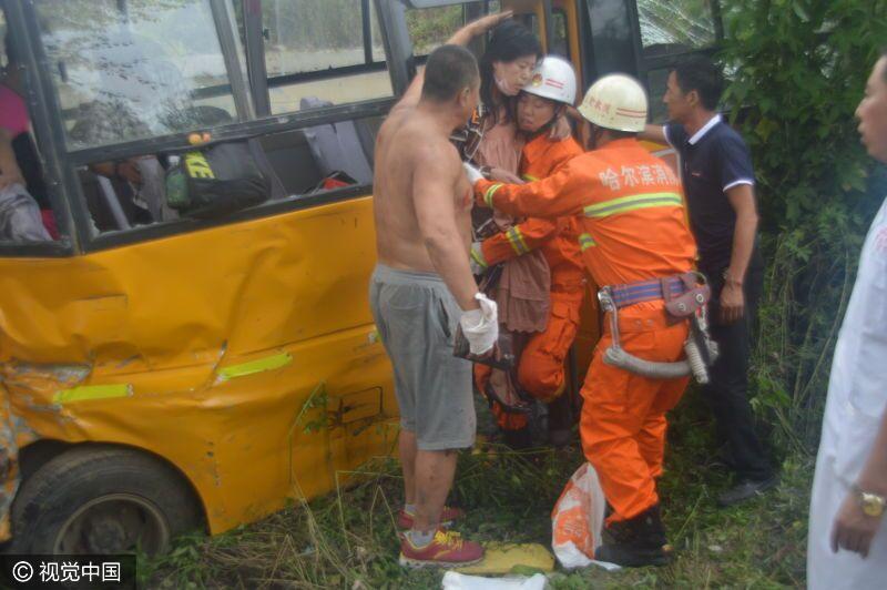 哈尔滨大型罐车与校车相撞 多人被甩出车外受伤