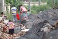 """建筑垃圾堵上学路 学生被迫穿越百吨""""垃圾山"""""""