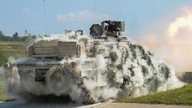美军驻德M1A2开炮浑身冒烟