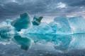 消融冰体倒映晶莹海面