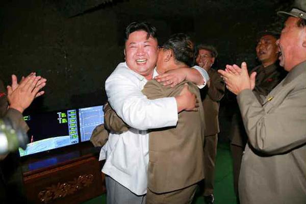 朝鲜公开金正恩指导发射潜射导弹照片 喜笑颜开与官兵拥抱