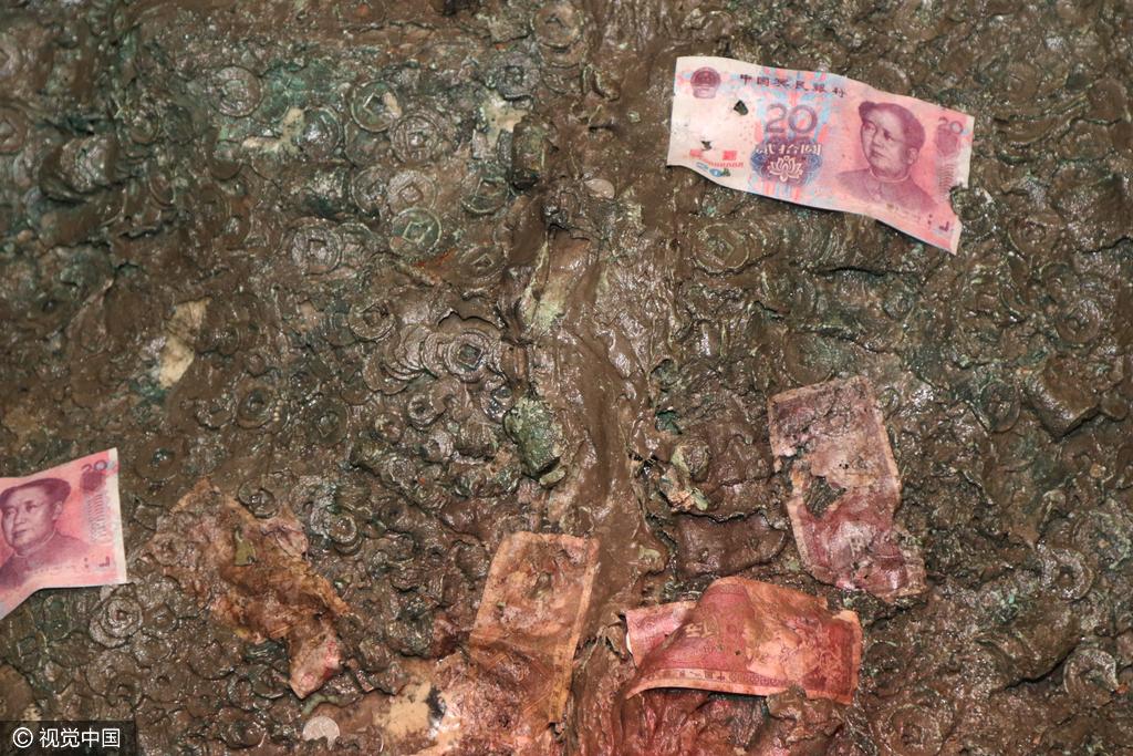 """楚王陵地宫墓室内""""钱成堆"""" 游客扔满冥币和人民币"""