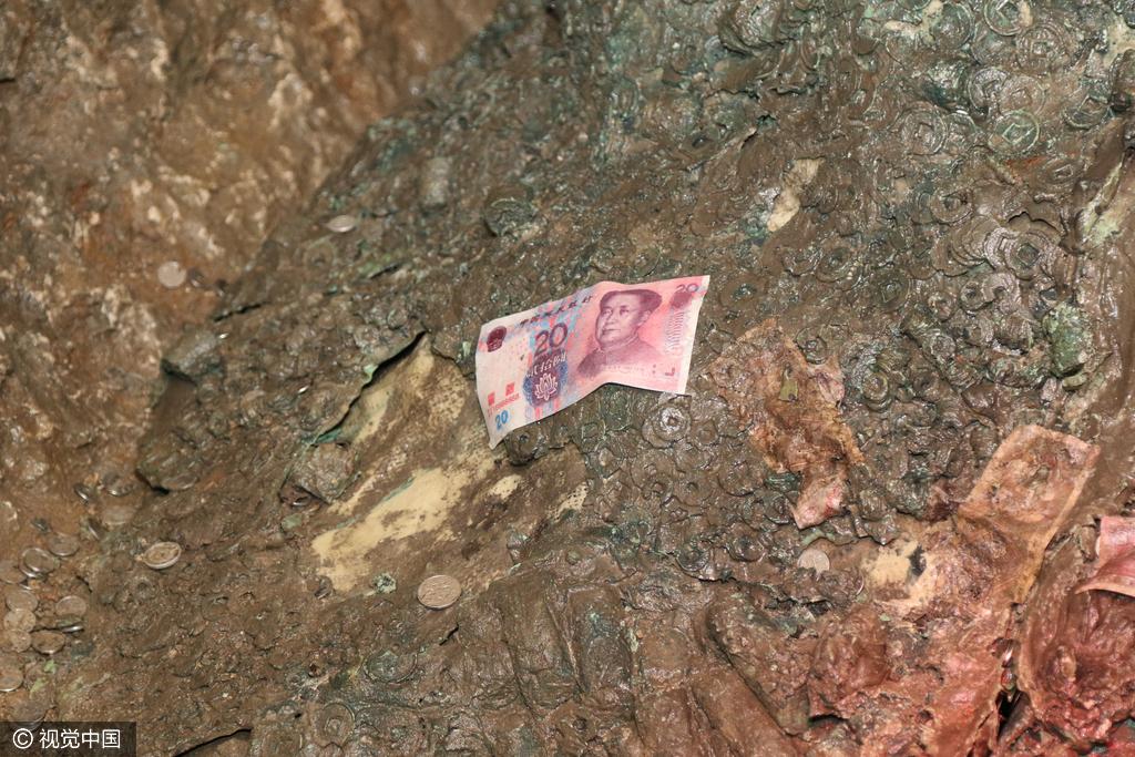 """徐州楚王陵地宫墓室内""""钱成堆"""" 游客扔满冥币和人民"""
