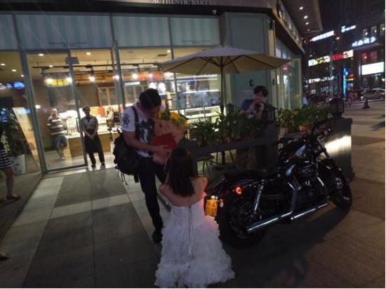 骑哈雷拿房产证 成都90后美女街头求婚