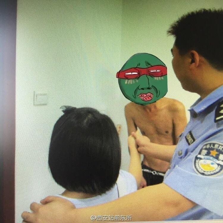 """半裸男猥亵女童被拘 警方配图称其""""变态""""获赞"""