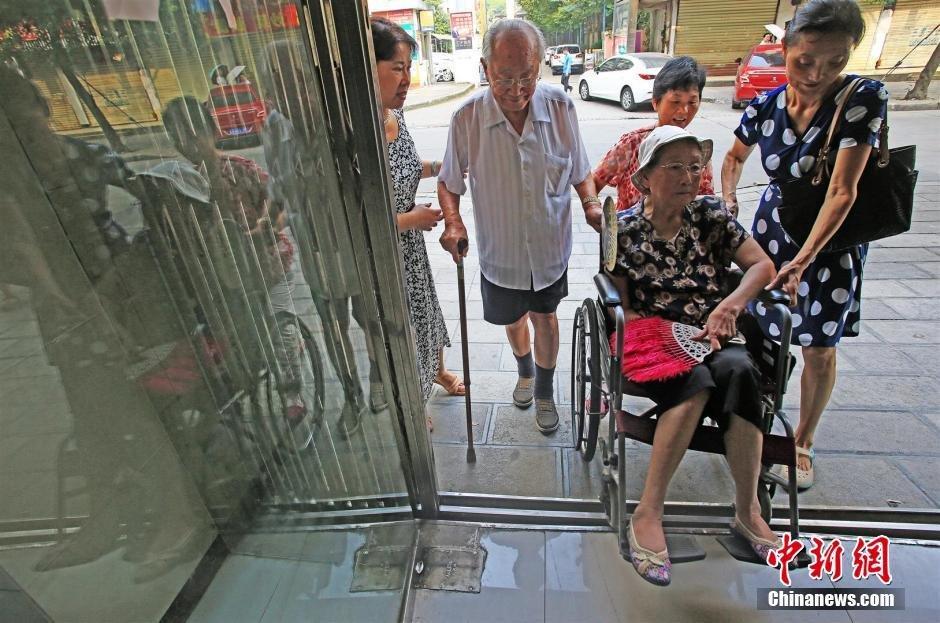 湖北宜昌93岁爷爷携92岁奶奶补办结婚证