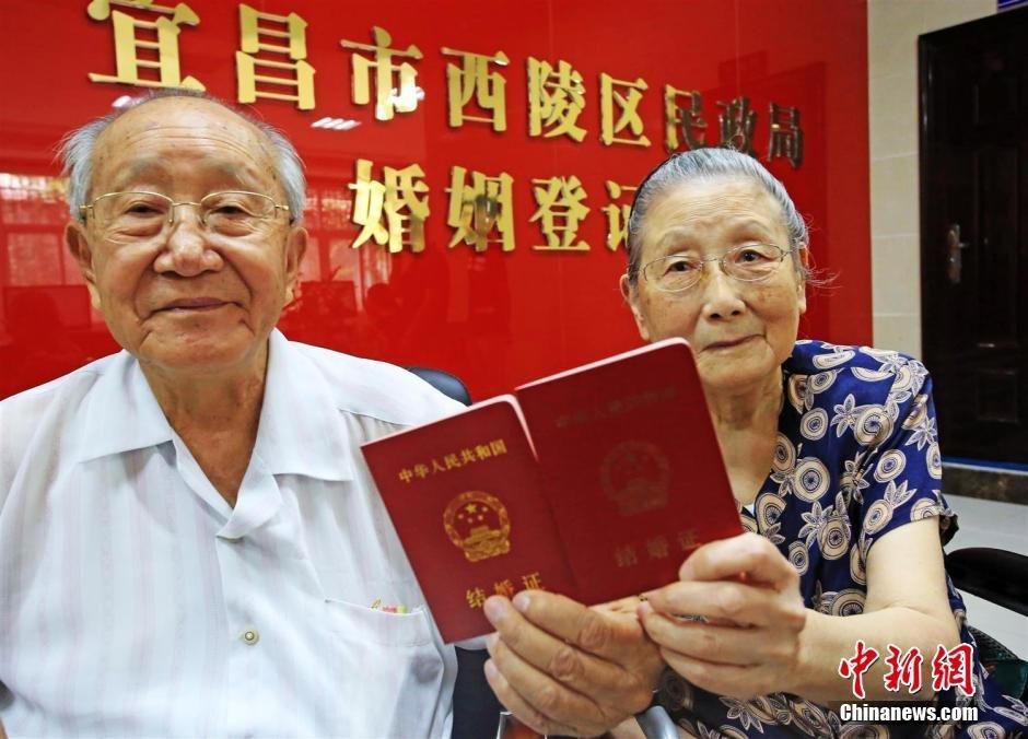 """8月25日,家住湖北省宜昌市西陵区93岁的娄欧和92岁的老伴孔淑东携手到当地民政部门,补办了丢失60年的结婚证。在结婚登记处大厅,娄欧老人说:""""结婚63年,今天补办60年前丢失的结婚证,终于圆了我们夫妻俩多年的心愿。"""" 李风 摄"""