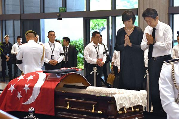 日本首相安倍晋三携夫人双手合十悼念新加坡前总统纳丹