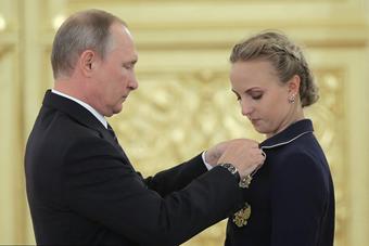 普京接见俄代表团 微笑鼓掌并颁发勋章