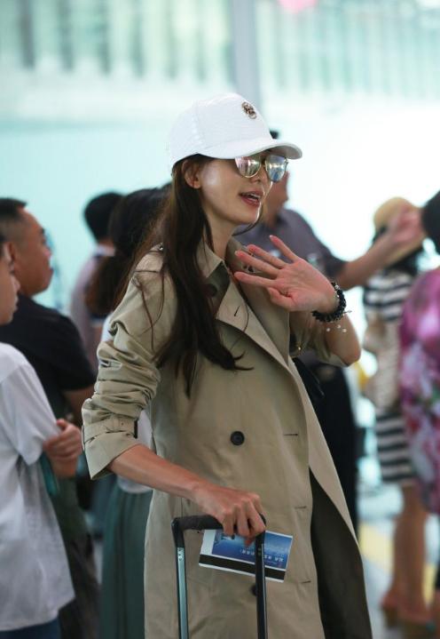 林志玲穿风衣现身机场 见镜头不断挥手