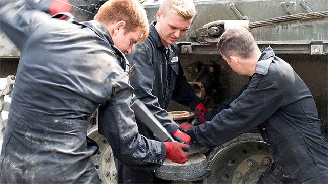 英国军队修个坦克也这么有型