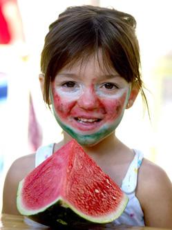 西班牙吃西瓜比赛 禁止用手趣味十足